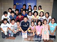 【JFAこころのプロジェクト】U-23日本代表・反町康治監督に夢の教室の児童が応援の旗と作文を贈呈